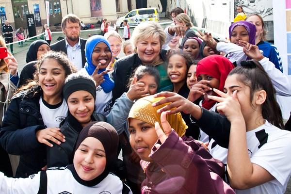 Premierministerin Erna Solberg mit Teilnehmerinnen des Global Goals World Cup Anfang Juni vor dem Nobel Peace Center in Oslo.©Bækkelagets Sportsklub