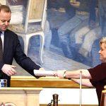 Finanzministerin Siv Jensen bei der Übergabe des Regierungsvorschlages für den Staatshaushalt 2018 an Parlamentspräsident Olemic Thommessen©Storting