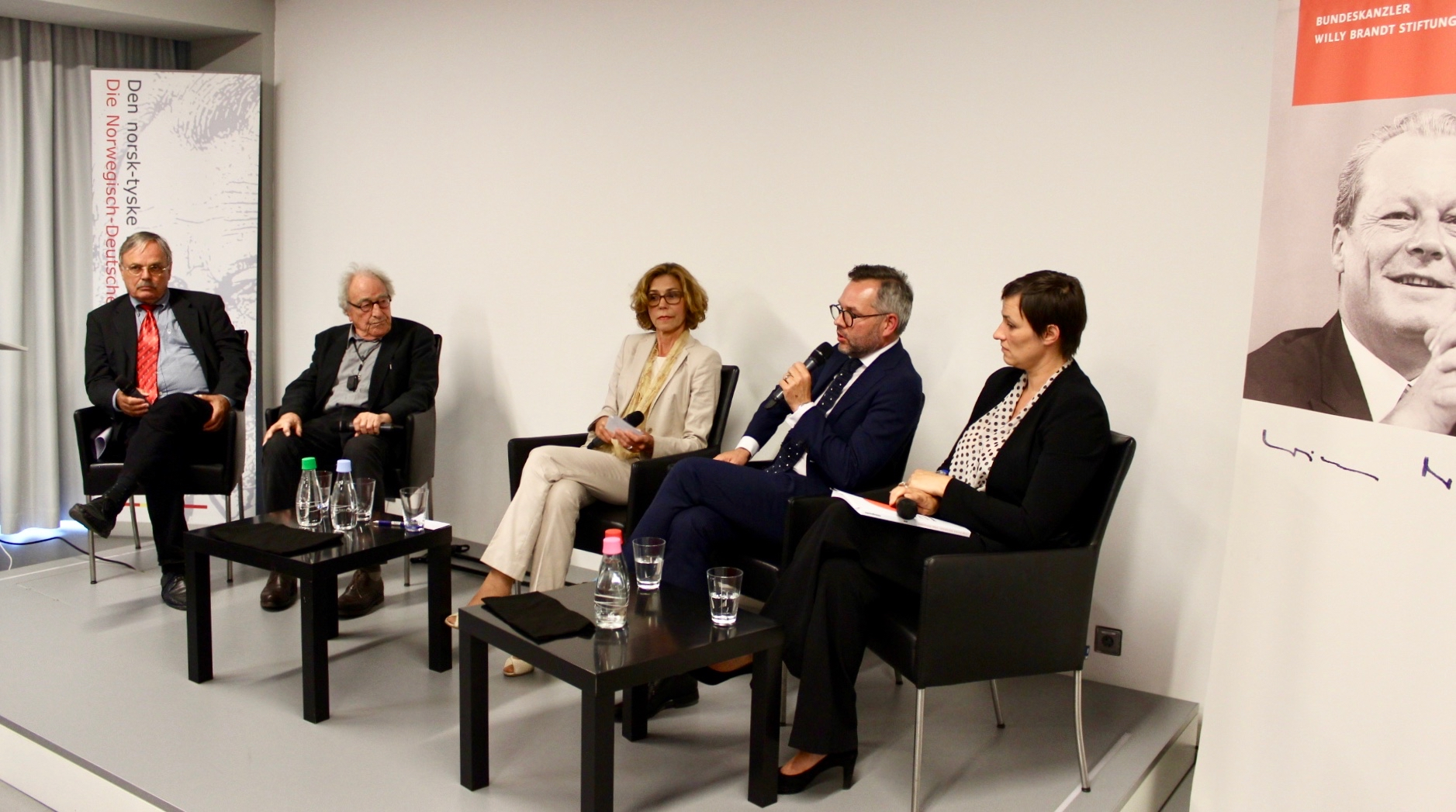 V.l.: Wolfgang Biermann, Peter Merseburger, Jutta Falkner, Michael Roth, Nicole Deithoff@Bundeskanzler-Willy-Brandt-Stiftung