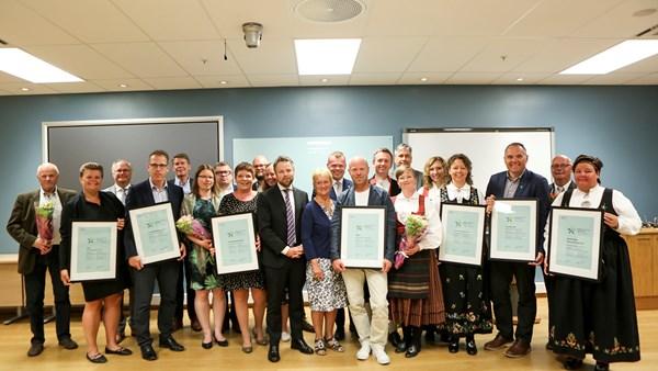 Industrieminister Torbjørn Røe Isaksen überreichte die Zertifikate an die Vertreter der ausgezeichneten Regionen und Kommunen.©Håkon Jacobsen, NFD