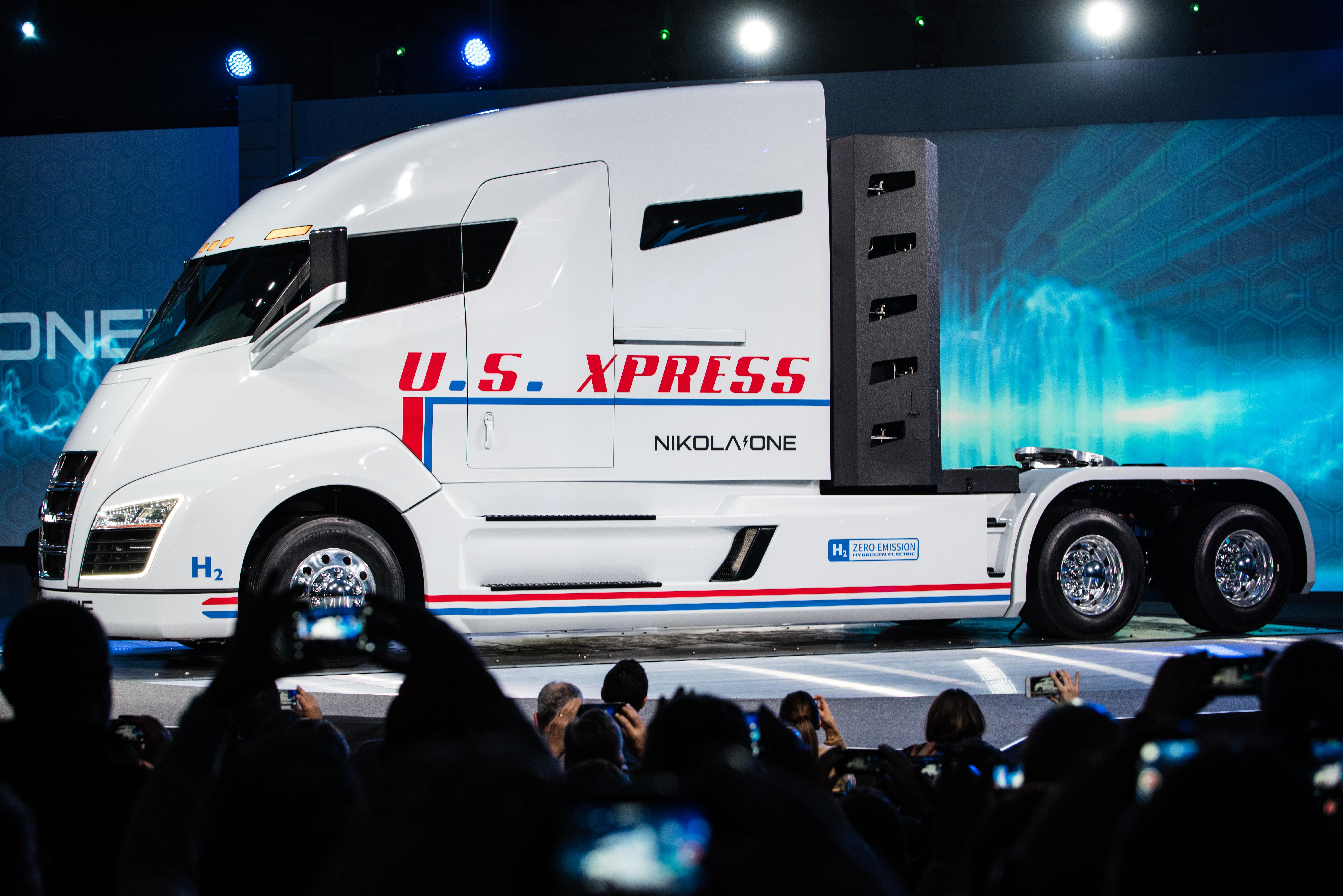In den USA entwickelt sich der Markt für Wasserstoff-Fahrzeuge rasant. Anfang Mai erhielt die Nikola Motor Company, der 2014 gegründete Hersteller von Elektrofahrzeugen, einen Auftrag von Anheuser-Busch über 700 Millionen US-Dollar zur Lieferung von 800-Wasserstoff-Trucks. Dafür und für zahlreiche weitere neue Wasserstoff-Fahrzeuge erhielt das norwegische Unternehmen NEL ASA jetzt einen Auftrag zur Lieferung von 448 Elektrolyseuren und zugehöriger Tankausrüstung.@Nikola