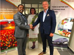 Solomon Begashaw, Direktor Global Cargo Sales bei Ethiopian Cargo, und Martin Langaas, Fachtdirektrot des Avinor Oslo lufthavn@Ethiopian Cargo