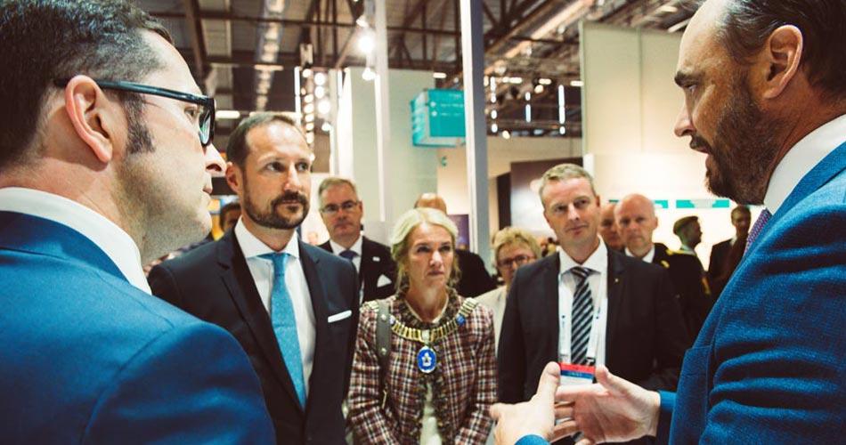 Kronprinz Haakon beim Rundgang auf der größten Energiemesse Norwegens, der ONS, im Gespräch mit Wintershall-Vorstand Mario Mehren (links)© Wintershall/Thor Oliversen