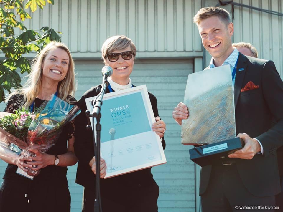 """Wintershall-Mitarbeiter May Britt Tvergrov, Kristin Hidle Vinje und Peter Schwarz mit der Auszeichnung """"Best Stand Award"""" der ONS.©Wintershall"""