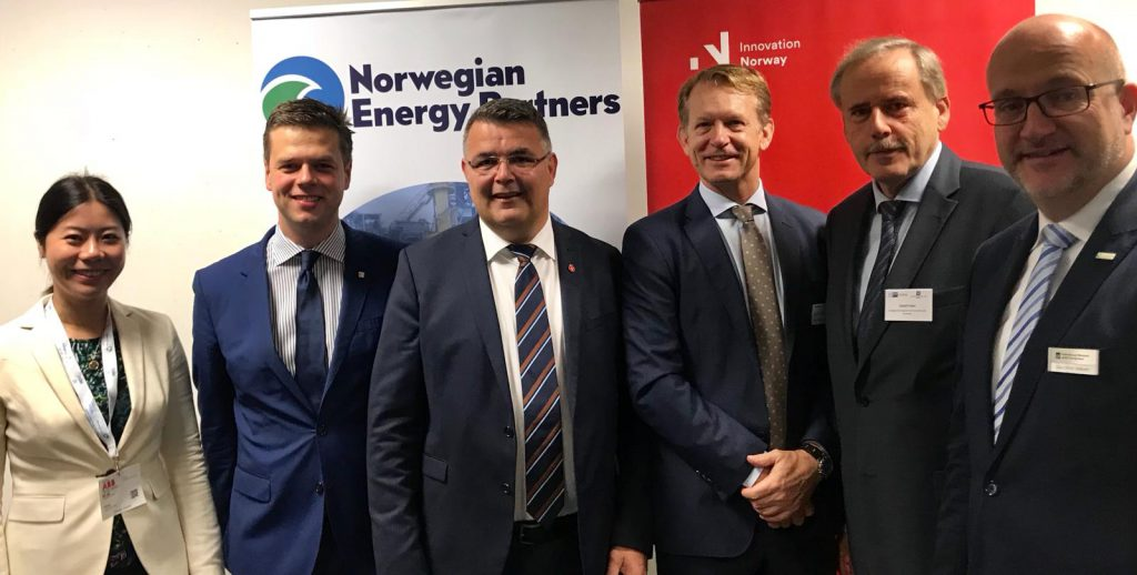Kjell-Børge Freiberg, Öl- und Energieminister Norwegens (3.v.l.) und die Veranstalter und Unterstützer der Messebeteiligung (das Norwegen-Team), v.l.: Qu Lei, Senior Advisor Energy Markets, Innovation Norway China, Manuel Kliese, Director, Innovation Norway Deutschland, Jon Dugstad, Director Wind & Solar, Norwegian Energy Partners, Detlef Palm, Norwegischer Konsul Hamburg@ Innovation Norway