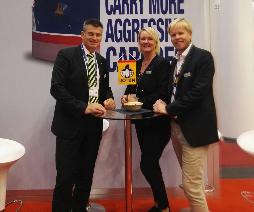Siri Moldestad Sanna, Marc Giesselink un Mark Fuhrmann am Stand von Jotun©NBP