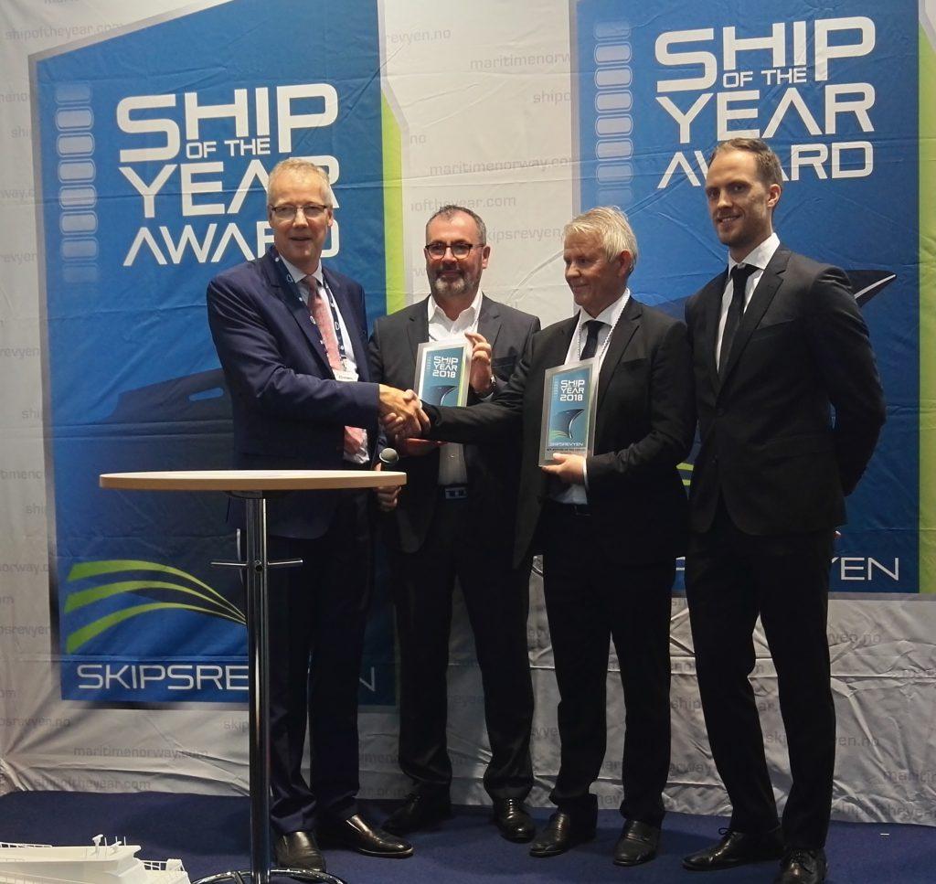 V.l.: Botschafter Petter Ølberg überreichte die Auszeichnung an Tor Øyvin Aa, CEO der Brødrene Aa und André Sandvik, CEO der Reederei The Fjords.@BPN