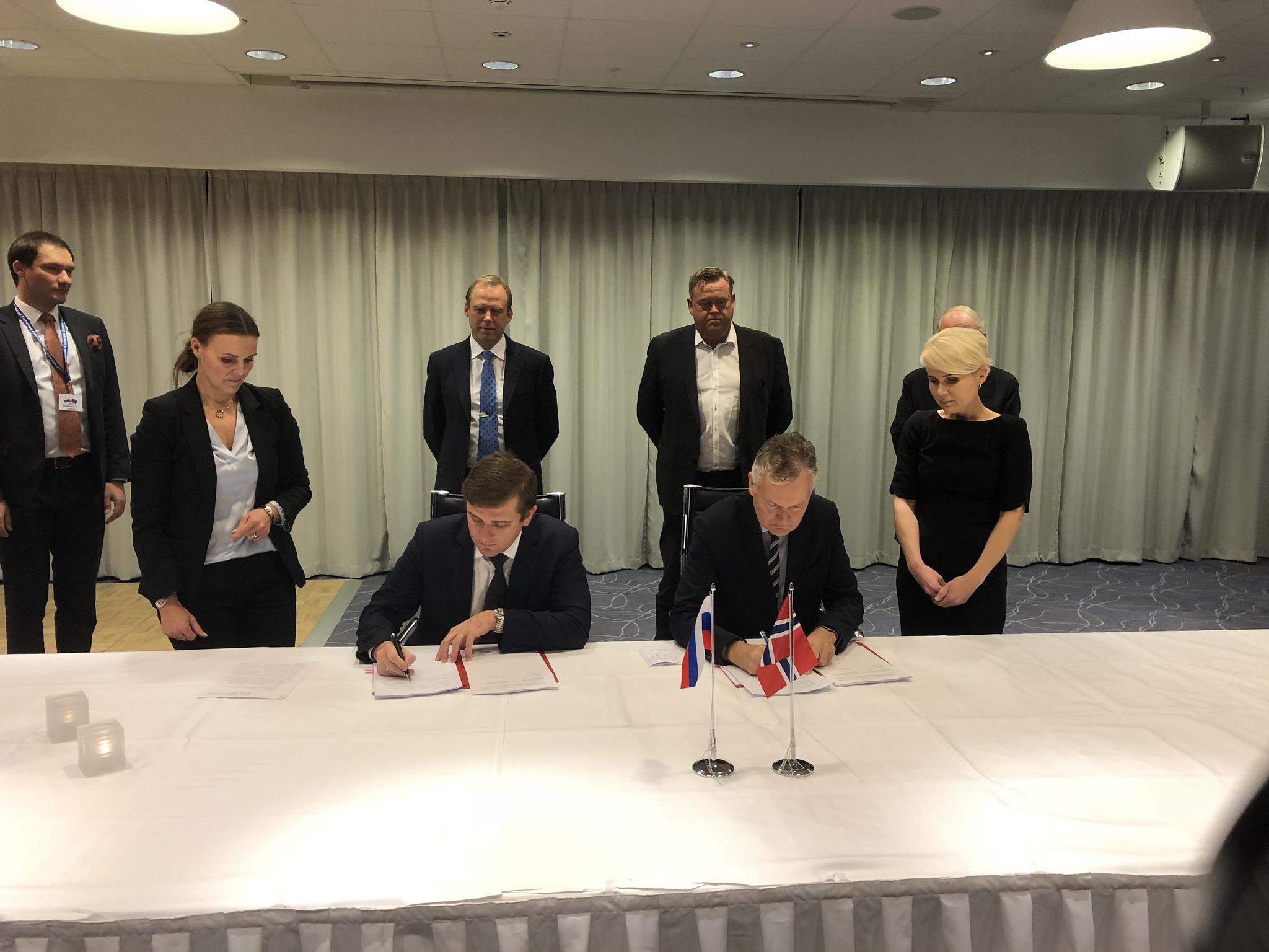 Verhandlungsführer Ilja Sjestakov und Arne Benjaminsen unterzeichneten am 18. Oktober in Ålesund ein Abkommen über Fischfangquoten in der Barentssee©Norwegisches Ministerium für Industrie und Fischerei