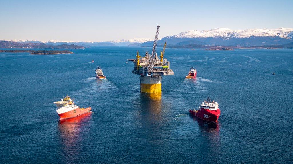 Transport der Aasta Hansteen-Plattform von Stord in die norwegische See im April dieses Jahres. Wintershall ist mit 24 Prozent am Aasta-Hansteen-Feld beteiligt. In Kürze wird die Produktion starten.©Espen Rønnevik / Roar Lindefjeld / Statoil