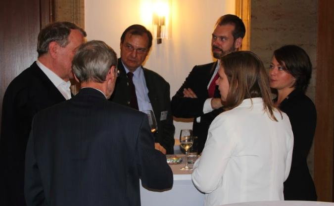 Norwegens Honorarkonsul in Bayern, Max Aschenbrenner Mitte,) im Gespräch beim Get-Together©SWIFO