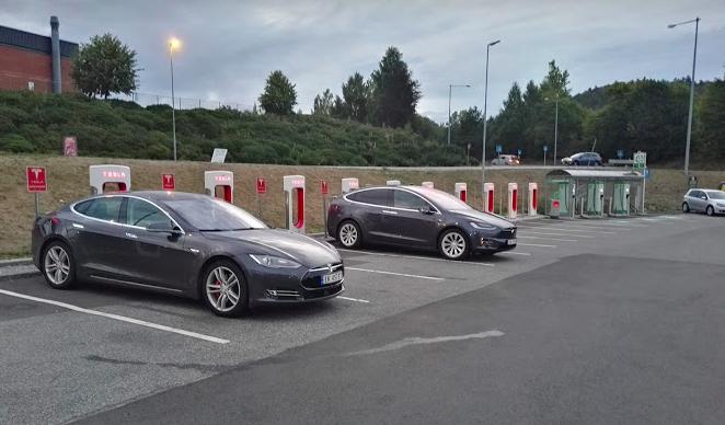 Die Hälfte aller Schnellladestationen sind Tesla-Stationen.©BPN