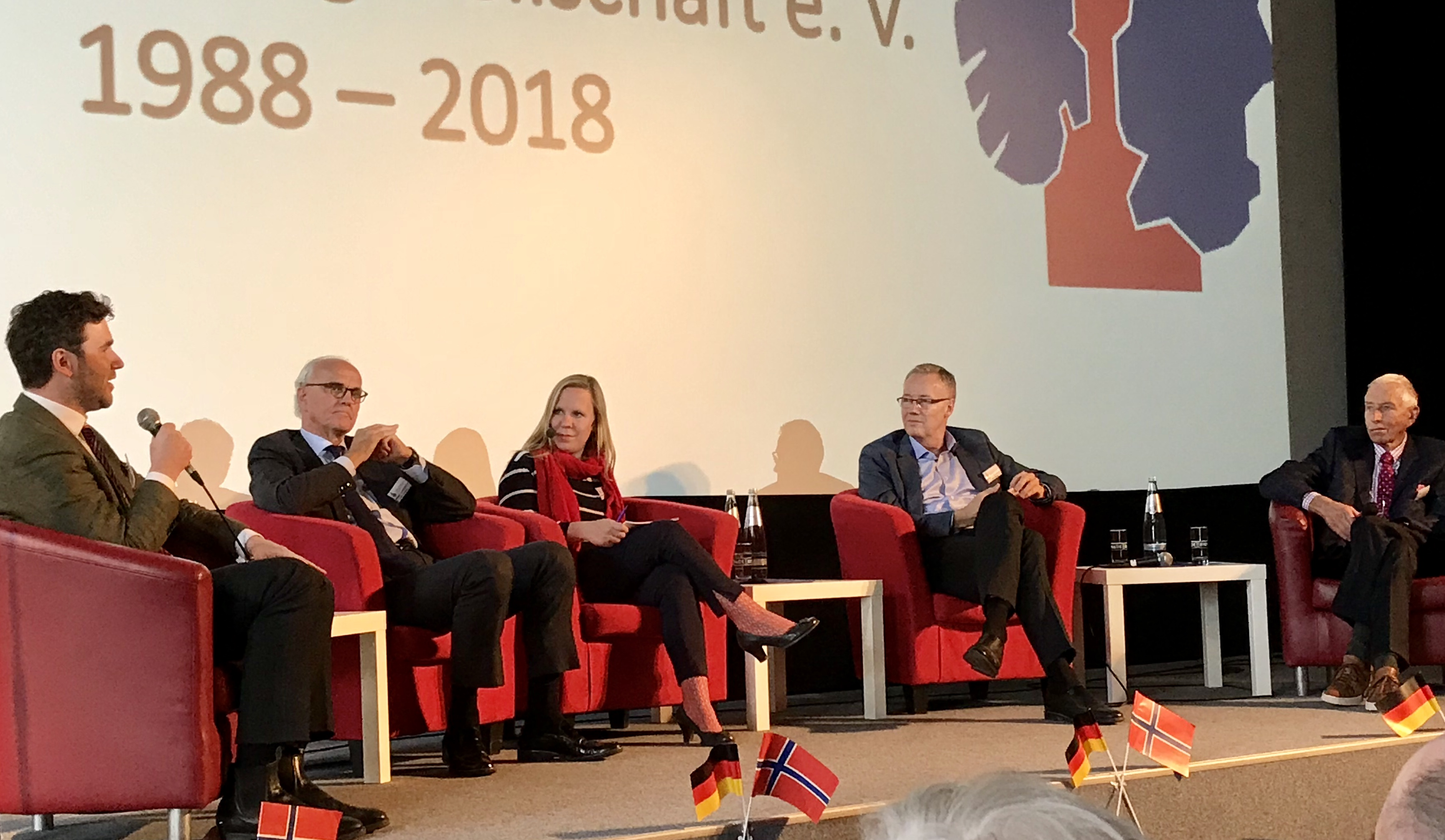 Teilnehmer der Diskussionsrunde, v.l.: Johann R. Leiss, Axel Berg, ModeratorinJulia Stöber, Petter Ølberg und Herbert Brande©DNF