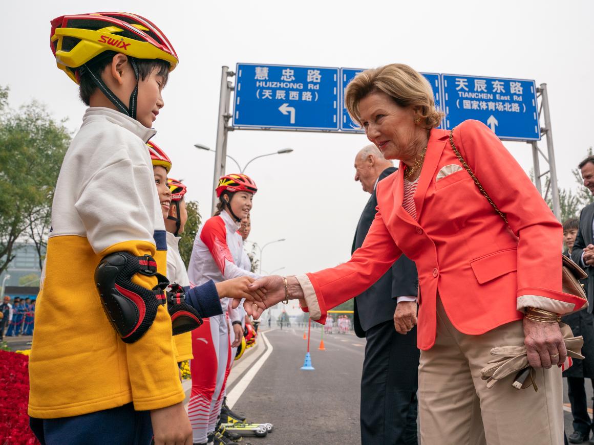 Auf dem Bild gratulieren König Harald und Königin Sonja jungen chinesischen Rollskifahrern außerhalb des berühmtesten Leichtathletikstadions Chinas, dem Vogelnest in Peking©Heiko Junge / NTB scanpix
