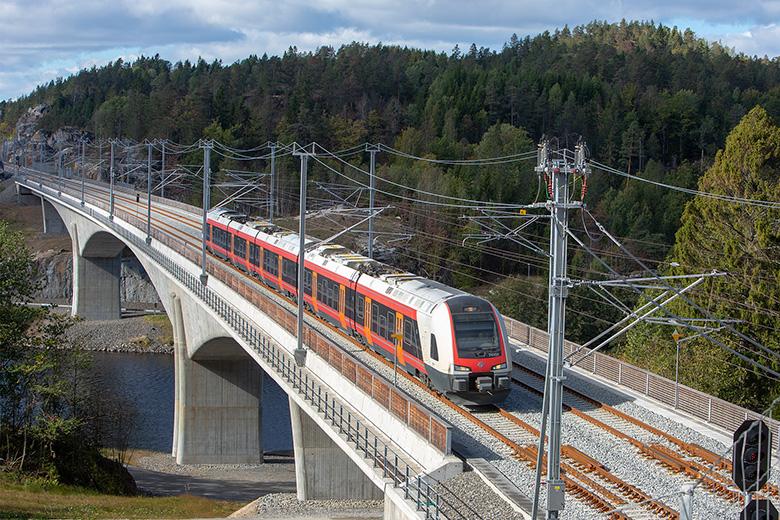 Unter den sieben Tunneln und zehn Brücken auf der Strecke befindet sich die 436 Meter lange Halvannet-Brücke©Hans Morten Tamnes.