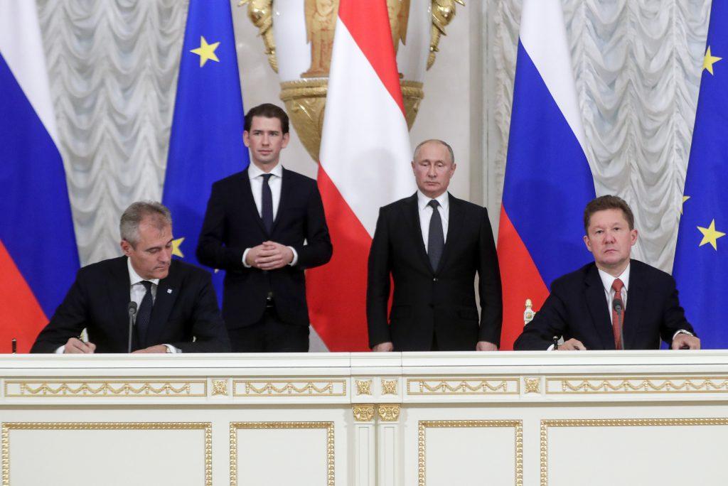Rainer Seele and Alexey Miller unterzeichnen ein Basic Agreement in Anwesenheit des österreichischen Bundeskanzlers Sebastian Kurz und Russlands Präsident Wladimir Putin. Damit wird es keinen ursprünglich geplanten Tausch von Anteile geben.©TASS