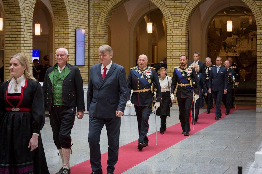 König Harald mit Kronprinz Haakon und KÖnigin Sonja auf dem Weg ins Parlament zum Verlesen der Thronrede©Storting
