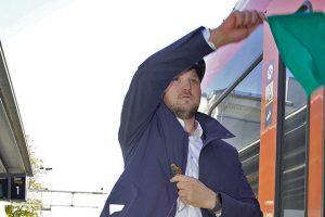 Die Eröffnungszeremonie fand am Bahnhof Larvik statt. Mit der Green Departure Flag winkte Verkehrsminister Jon Georg Dale die Gästen aus dem Zug, um in Porsgrunn zu feiern.©Anne Mette Storvik, Bane NOR.