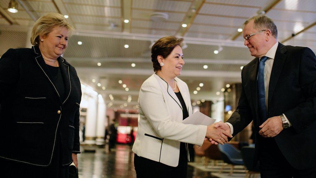 V.l.: Norwegens Premierministerin Erna Solberg, Patricia Espinosa, Exekutivsekretär der UN-Rahmenkonvention zum Klimawandel, und Eldar Sætre, CEO von Equinor, auf der Herbstkonferenz in Oslo@Ole Jørgen Bratland / Equinor ASA