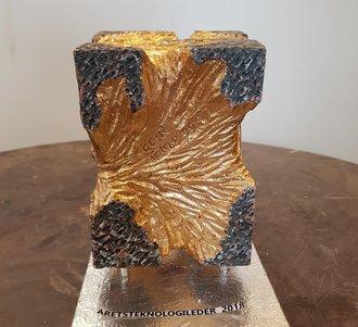 Das Design für die Trophäe des Norwegian Tech Awards stammt von dem Keramiker Geir Tokle.Sie ist aus Ton gefertigt, gerbrannt, geschliffen und vergoldet.©Tore Stensvold