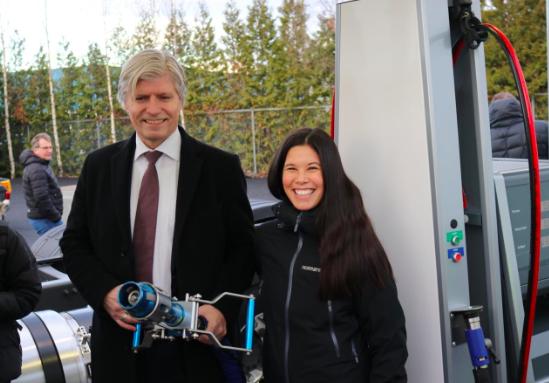 Umweltminister Ola Elvestuen und Lan Marie Nguyen Berg, Stadträtin für Umwelt und Verkehr in Oslo, testen die neue Tankstelle für flüssiges Biogas.©AGA