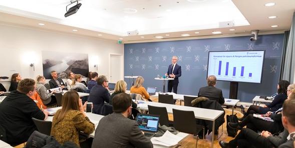 Martin Skancke, Vorsitzender des Komitees für Klimarisiken, stellt den Bericht für einen vollen Pressesaal im Finanzministerium vor.©Finanzministerium.