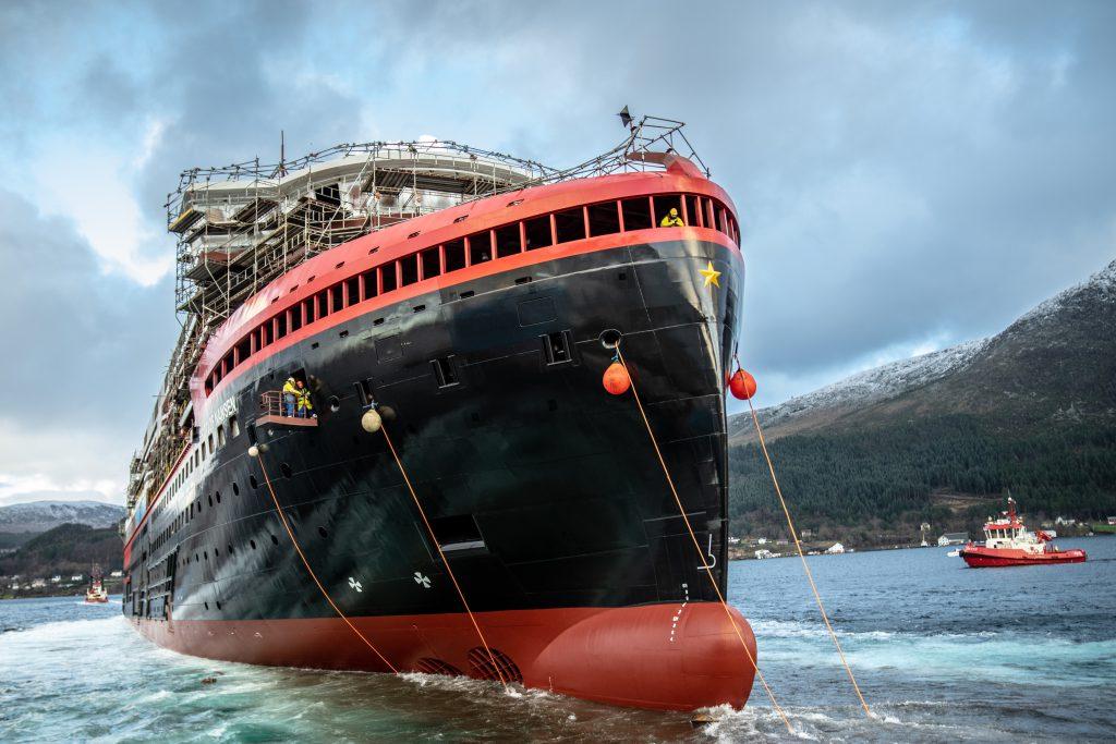 Am 9. Dezember wurde im norwegischeen Ulsteinvik das zweite Hybrid-Expeditionsschiff von Hurtigruten zu Wasser gelassen. 2020 soll das Schiff in Betrieb gehen.©Hurtigruten