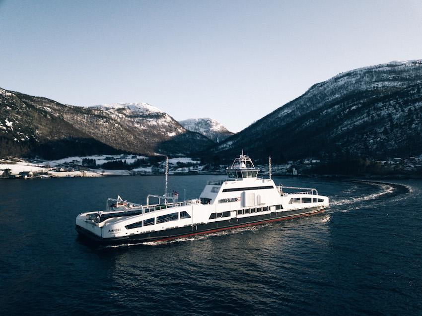 Das Elektrofähre MF «Ampere» fährt seit 2015 täglich zwischen Lavik und Oppdal am Sognefjord.