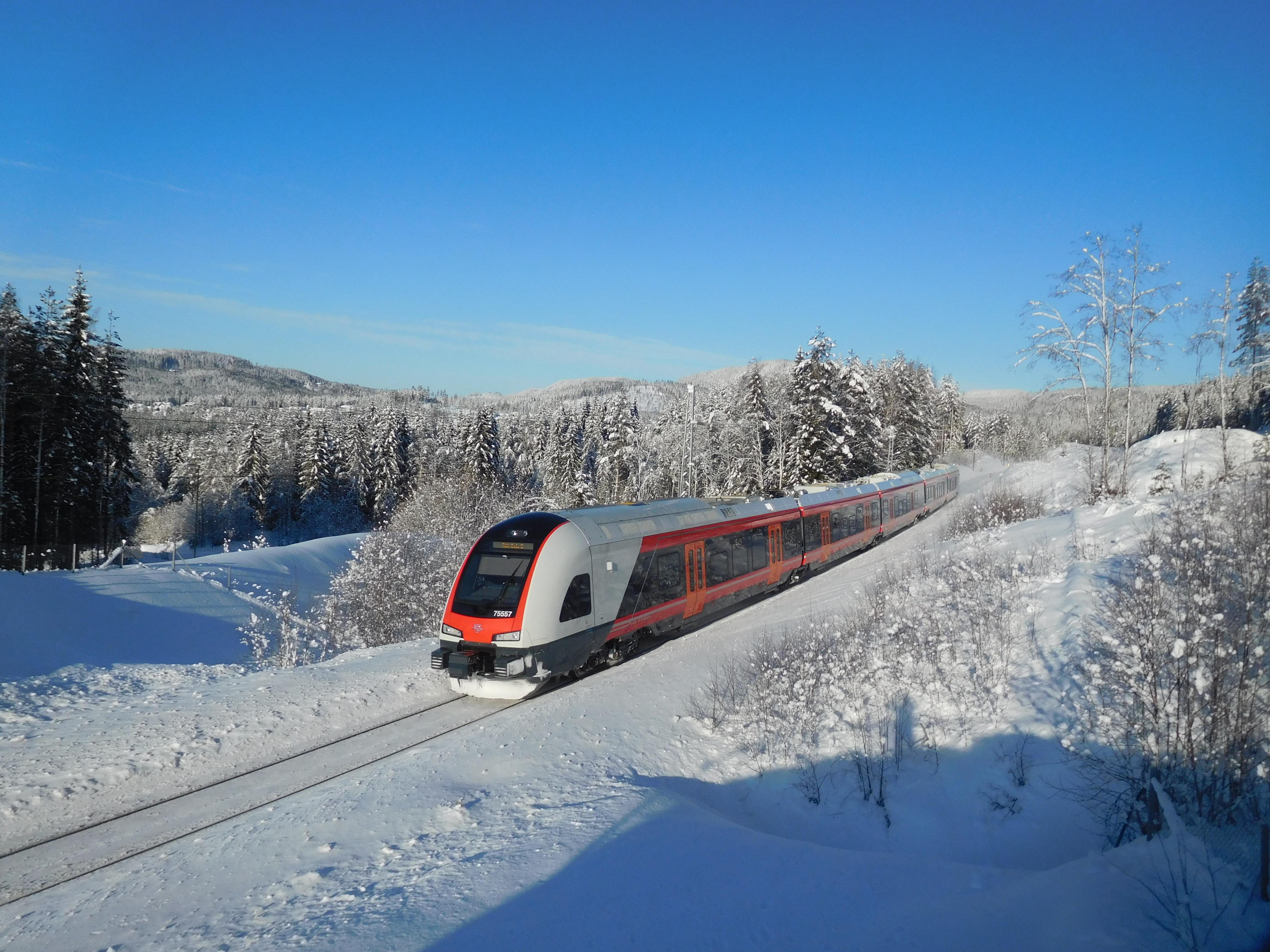 Die von Stadler Rail gefertigten Flirt-Triebzüge wie hier auf der Gjøvikbanen sind zum Flaggschiff des norwegischen Reisezugverkehrs geworden.Erland Rasten).