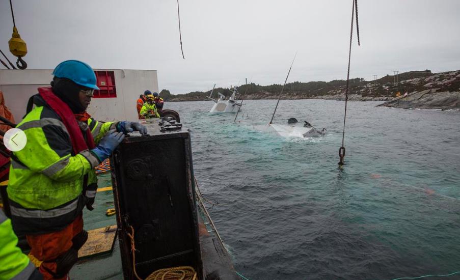 """Das Bergungsunternehmen BOA muss zur Bergung der Fregatte KNM """"Helge Ingstad"""" an fünf bis sechs aufeinander folgenden Tagen akzeptables Wetterbedingungen haben. Das war bisher noch nicht gegeben.©Sjøforsvaret"""